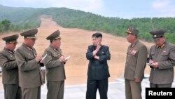 북한 김정은 국방위원회 제1위원장이 원산 마식령스키장 건설현장을 현지지도하는 모습을 지난 달 27일 조선중앙통신이 보도했다. 조선중앙통신은 이 사진을 보도하며 정확한 촬영 날짜는 밝히지 않았다.