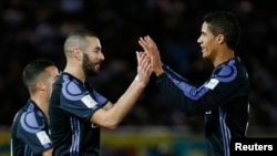 Karim Benzema se réjouit dans son but avec Raphaël Varane, au stade Yokohama, le 15 décembre 2016.