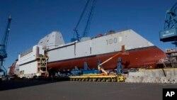 El USS Zumwalt, el destructor más grande de EE.UU., cuando aún estaba en el dique seco en Maine.