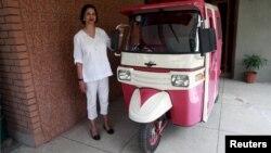 "Zar Aslam, penggagas program ""Pink Rickshaw"" atau bemo warna pink."