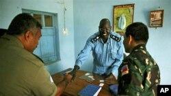 Mchunguzi wa Umoja wa mataifa akisalimiana na mkuu wa Polisi.