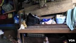 Dua bocah Pantai Gading, Prencia Gosse, kiri, dan Laure Djiejian, yang keluarganya mengungsi akibat bentrokan etnis dan politik, bermain di dekat tumpukan barang-barang milik keluarga mereka di sebuah ruangan di gedung Misi Katolik di Duekoue, Pantai Gadi