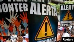 Manifestantes venezolanos protestan contra el gobierno del presidente Nicolás Maduro.