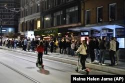 Warga merayakan berakhirnya pembatasan COVID-19, di Oslo, Sabtu 25 September 2021. (NTB via AP)