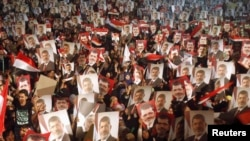 Taageerayaasha madaxweynaha xilka laga qaaday Maxamed Morsi oo banaanbaxaya.