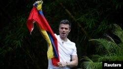 Leopoldo López saluda a sus seguidores que lo viraron frente a su casa, donde permanece ahora bajo arresto domiciliario.