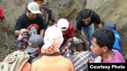 Penambang pasir dan petugas keselamatan mencari korban yang tertimbun. (Foto: BPBD Kab. Magelang).