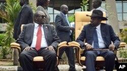 L'ancien vice-président du Sud Soudan redevenu chef de la rébellion, Riek Machar, à gauche, assis à côté du président Salva Kiir, à droite, après la première réunion d'un nouveau gouvernement de transition , à Juba, Soudan du Sud, 29 avril 2016.