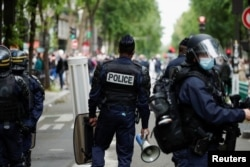 Petugas polisi berjaga selama protes mendukung Palestina menyusul pecahnya kekerasan Israel-Palestina, di Paris, Prancis, 15 Mei 2021. (REUTERS)