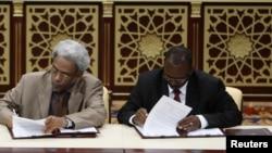 "Amin Hassan Omar, perwakilan pemerintah Sudan (kiri) dan Ahmed Tugod Lsan, perwakilan dari Gerakan Keadilan dan Kesetaraan (JEM) menandatangani kesepakatan gencatan senjata di Doha (Foto: dok). JEM adalah kelompok pemberontak kedua di Sudan yang menanda-tangani ""Dokumen Doha"" untuk Perdamaian di Darfur."