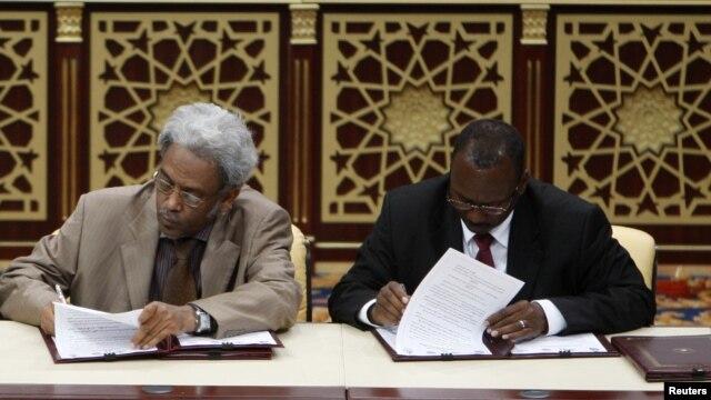 지난 2010년 도하에서 열렸던 수단 평화 회담에서 정부 대표와 반군 대표가 합의문에 서명하고 있다. (자료사진)