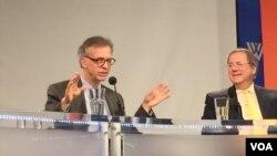 北韓核問題專家利特沃克(左)與紐約時報記者桑格 (美國之音莉雅拍攝)