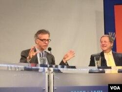 朝鲜核问题专家利特沃克(左)与纽约时报记者桑格 (美国之音莉雅拍摄)