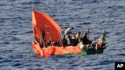 Dezenas de etíopes e somalis a bordo da uma embarcação precária naufragaram no Golfo de Aden, em Setembro de 2010, pouco depois de esta foto ter sido tirada. Ao fugirem dos perigos da guerra muitas pessoas enfrentam perigos quase tão grandes no mar.