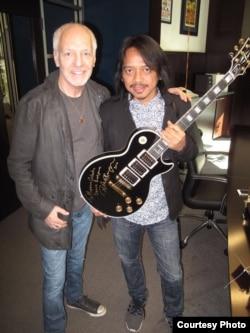 Gitaris Dewa Budjana dan gitaris Peter Frampton (foto/dok: Dewa Budjana)