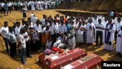 Các nạn nhân được chôn cất tập thể hai ngày sau các vụ đánh bom tự sát nha81qm vào các nhà thờ và khách sạn sang trọng vào dịp Chủ nhật Phục sinh, Sri Lanka, ngày 23 tháng 4, 2019.
