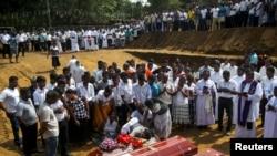 Inhumation de masse pour les victimes de la série d'attentats-suicides au Sri Lanka, le 23 avril 2019. REUTERS / Athit Perawongmetha
