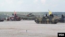 中国、印度、俄罗斯等国参加了2014年莫斯科郊外的坦克比赛活动。