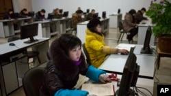 평양 인민대학습당에서 컴퓨터를 사용하는 여성. 북한의 일반 주민들은 인터넷 접속은 불가능하며 외부와 차단된 인트라넷에만 접속할 수 있다.