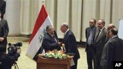 ປະທານາທິບໍດີອີຣັກ ທ່ານ Jalal Talabani (ກາງຊ້າຍ) ຈັບມືກັບທ່ານ Osama al-Nujeifi (ກາງຂວາ) ປະທານສະພາແຫ່ງຊາດຄົນໃໝ່ຂອງອີຣັກ ທີ່ຖືກເລືອກໃນລະຫວ່າງກອງປະຊຸມ ທີ່ນະຄອນຫຼວງແບັກແດັດ (11 ພະຈິກ 2010)