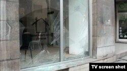 Polomljeni prozori na Kući ljudskih prava i demokratije