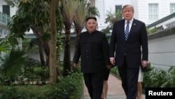 Chủ tịch Kim Jong Un và ông Trump đi dạo chớp nhoáng hôm 28/2.