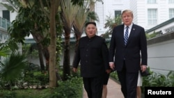 트럼프 대통령(오른쪽)과 김정은 위원장이 베트남 하노이 소피텔 레전드 메트로폴 호텔 정원을 걷고 있다.