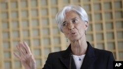រដ្ឋមន្ត្រីក្រសួងហិរញ្ញវត្ថុបារាំង លោកស្រី គ្រីសស្ទីន ឡាហ្កាដ(Christine Lagarde)ថ្លែងទៅកាន់សន្និសីទសារព័ត៌មាននៅទីក្រុងប៉ារីស នៅថ្ងៃទី២៥ ខែឧសភា ឆ្នាំ២០១១។