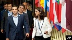 13일 알렉시스 치프라스 그리스 총리(왼쪽)가 구제금융 협상을 마친 뒤 유럽의회 건물을 빠져나오고 있다.