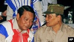 克倫族聯盟秘書長茲坡拉盛(右)與緬甸官員2012年1月11日﹐在緬甸東南部克倫邦首府帕安舉行會晤