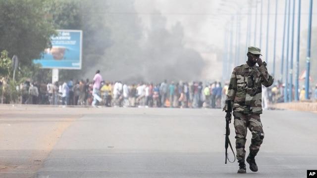 Binh sĩ Mali tuần tra gần con đường khu doanh trại của các binh sĩ nhảy dù ở phía Tây thủ đô Bamako, ngày 8/2/2013.