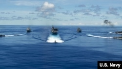 """美国海军""""里根""""号航母打击群9月25日在菲律宾海完成了2020""""坚强盾牌""""(Valiant Shield 2020)联合演习。"""