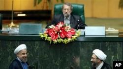 İran'ın yeni cumhurbaşkanı Hasan Ruhani (solda) parlamentoda yapılan yemin töreninde Yargı Erki Başkanı Sadık Laricani ile