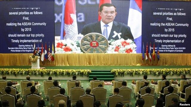 Perdana Menteri Kamboja, Hun Sen, memberikan sambutan pada upacara pembukaan Pertemuan Tahunan ASEAN ke-21 di Phnom Penh, Kamboja (18/11).