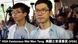 Joshua Wong và Nathan Law trong ngày xét xử hôm 17/8.