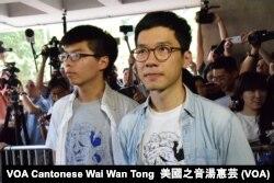 조슈아 웡(왼쪽) '데모시스토'당 비서장과 네이선 로 당 대표가 지난 17일 '우산혁명' 주도 관련 혐의 선고 공판을 위해 홍콩 법원에 들어서고 있다.