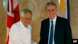 Ngoại trưởng Anh Philip Hammond được Ngoại trưởng Philippines chào đón tại Sở Ngoại Vụ ở thành phố Pasay, phía nam Manila, ngày 7/1/2016.