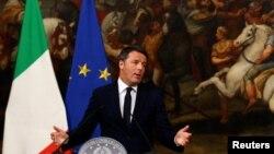 마테오 렌치 이탈리아 총리가 5일 로마 치지궁에서 기자회견을 열고 개헌안 국민투표 부결에 대한 책임을 지고 사임하겠다는 뜻을 밝히고 있다.