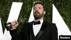 """Ben Affleck celebra su Óscar a la Mejor Película, por """"Argo"""", que dirigió y produjo."""