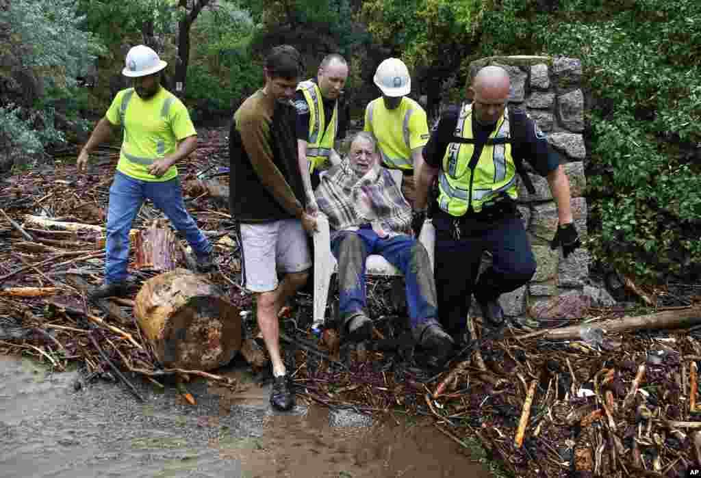 Sau một đêm rút lên chỗ có thế đất cao để tránh lụt, cụ Will Pitner đã được nhân viên cứu hộ đến giúp. Nhà của cụ đã hoàn toàn chìm trong nước.