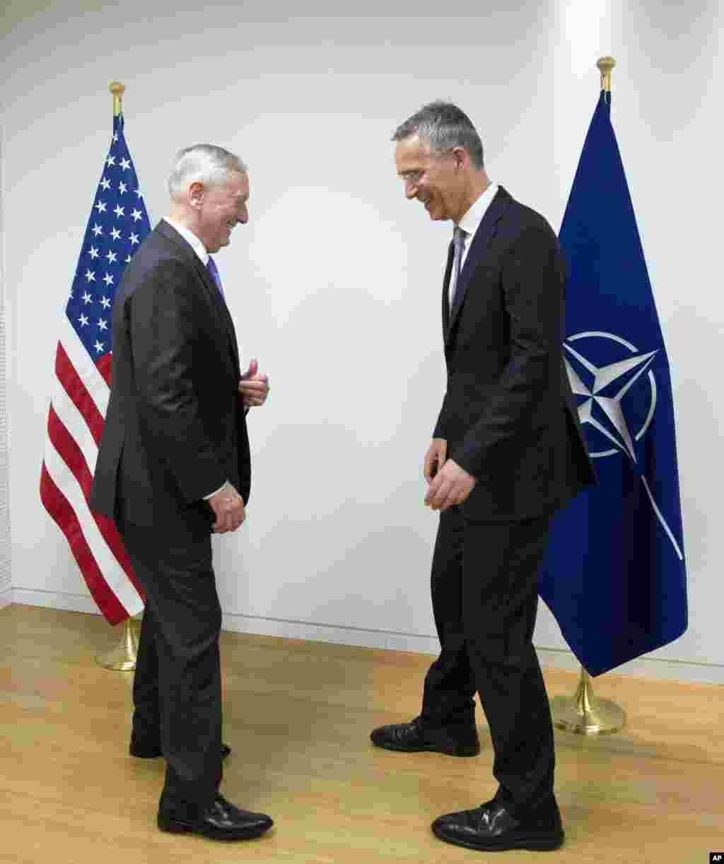 عکس جالب جیمز متیس وزیر دفاع ایالات متحده (چپ) با ینز ستولتنبرگ سرمنشی ناتو در بروکسل