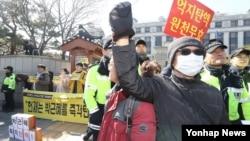 박근혜 대통령 탄핵심판 최종 변론이 진행된 27일 서울 종로구 헌법재판소 앞에서 탄핵 찬성(왼쪽)과 반대집회가 동시에 열리고 있다.