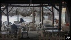 Algunos turistas visitan un restaurante junto a la playa en la ciudad costera de Las Peñitas, Nicaragua, el martes 11 de septiembre de 2018.