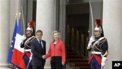 ປະທານາທິບໍດີຝຣັ່ງ ທ່ານ Nicolas Sarkozy (ຊ້າຍ) ຈັບມືກັບລັດຖະມົນຕີການຕ່າງປະເທດສະຫະລັດ ທ່ານນາງ Hillary Rodham Clinton ກ່ອນເຂົ້າຮ່ວມກອງປະຊຸມກ່ຽວກັບລີເບຍ ທີ່ທຳນຽບ Elysee (1 ກັນຍາ 2011)