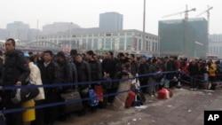 春運期間排隊等候進入北京站的旅客(資料照片)