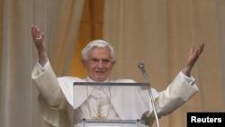 教宗本笃十六世向信众祝福