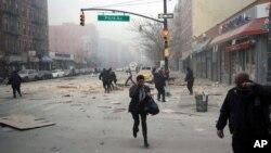 지난 12일 뉴욕 시 폭발 사고 현장에서, 주민들이 긴급히 대피하고 있다.