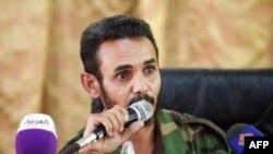 ນາຍ Ajmi al-Atiri, ຜູ້ບັນຊາການກອງພົນນ້ອຍ Zintan ທີ່ເປັນຜູ້ຈັບກຸມ ນາຍ Saif al-Islam, ລູກຊາຍທີ່ຖືກ ກັກຂັງໄວ້ຢູ່ ຂອງມື້ລາງ Moammar Gadhafi, ຖະແຫລງຕໍ່ກອງປະຊຸມນັກຂ່າວ ທີ່ເມືອງ Zintan, ເມື່ອວັນທີ 9 ມີຖຸນາ 2012.