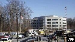 Cảnh sát và lính cứu hỏa bên ngoài Sở Giao thông Vận tải Maryland sau khi một gói hàng bốc cháy tại tòa nhà này, 6/1/2011