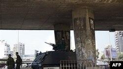Xe tăng của quân đội Libăng dưới một cây cầu ở Beirut. Li Băng đã lâm vào một cuộc khủng hoảng chính trị trong nhiều tháng nay